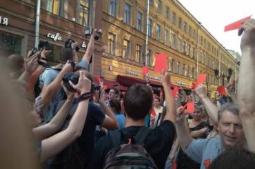Петербуржцы вышли скрасными карточками против пенсионной реформы