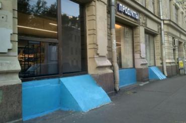 Историческое здание покрасили вярко-синий цвет вПетербурге