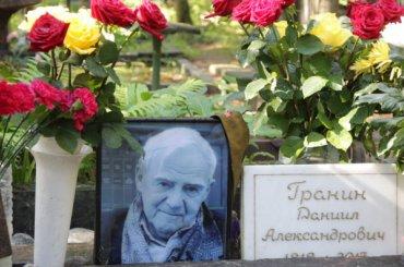 Полтавченко посетил могилу Гранина