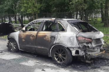 Две иномарки сгорели ночью вПетербурге