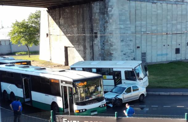 ДТП перекрыло движение под Невским путепроводом