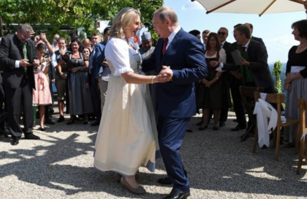Политические пляски: Путин опоздал насвадьбу, ностанцевал сневестой