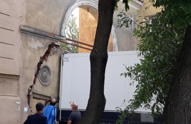 Фура разрушила арку вдоме конца XIX века