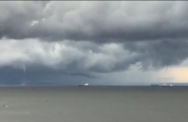 Два водяных смерча засняли вФинском заливе
