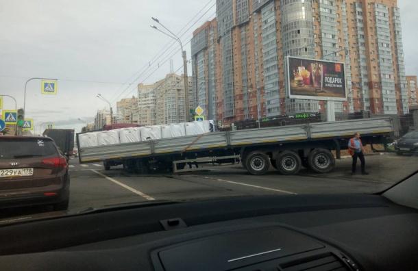 Фура остановила движение поЛенинскому
