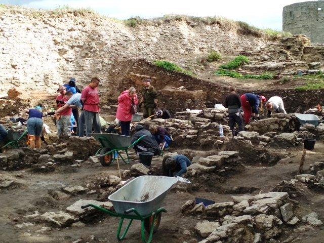 работают археологи и волонтеры