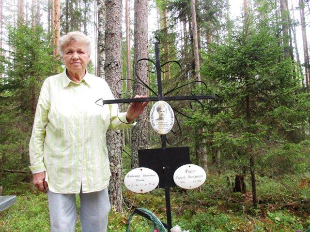 Валентина Владимировна Сухоплюева (Белова) у могилы родных в Сандармохе
