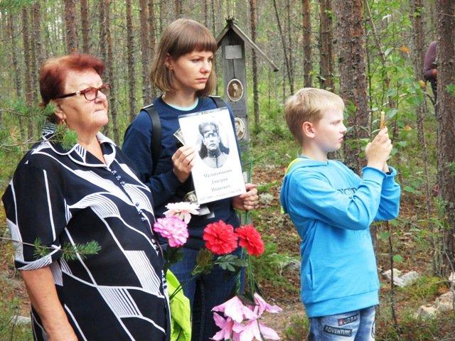 Ирина Петухова с портретом деда, рсстрелянного в Красном Бору - Павла Сергеева