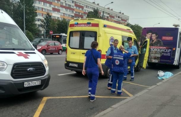 Женщина погибла после падения под автобус наМаршала Жукова