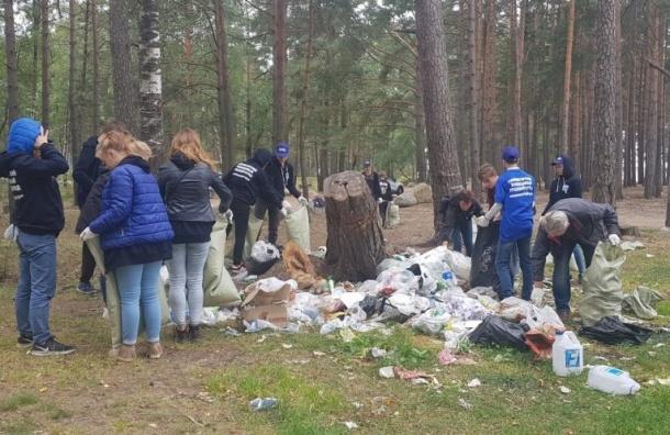 Волонтеры очистили отмусора берег Финского залива