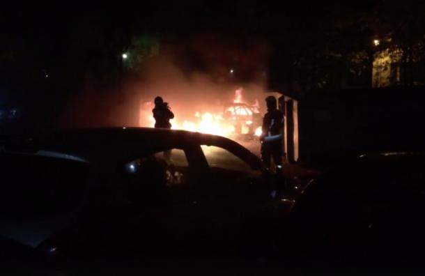 Автомобиль сгорел ночью наулице Коммуны вПетербурге