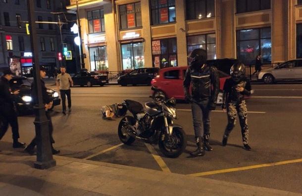Убегавший отполиции петербуржец попал под мотоцикл наГороховой
