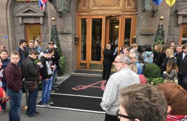 Фанаты ждут Роджера Уотерса угостиницы «Астория»