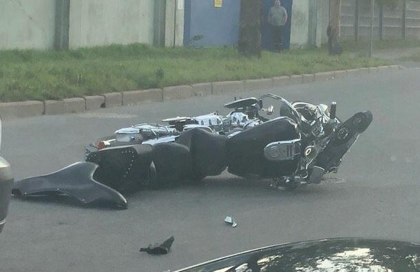 Мотоциктист скончался вПетербурге после столкновения сдеревом