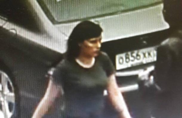 Мать, оставившую ребенка вподъезде, задержали вПетербурге