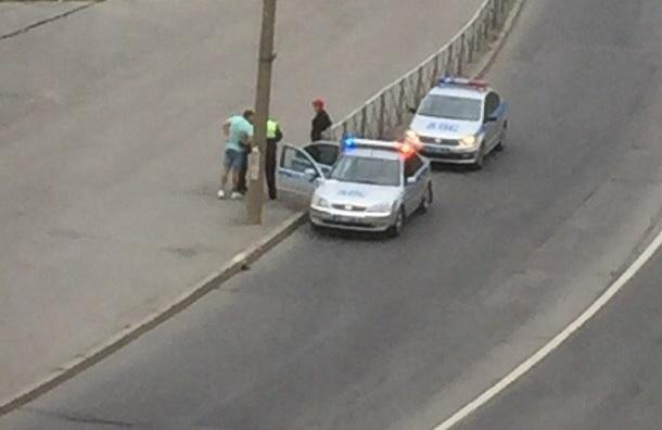 Девушку, пытавшуюся сбежать сместа ДТП, приковали наручниками кограждению