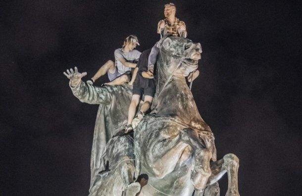 Пиотровский призвал жестче наказывать осквернителей памятников
