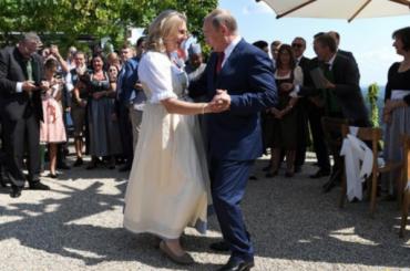 Политические пляски: Путин опоздал насвадьбу и станцевал сневестой