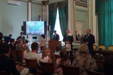 Семьи-очередники впервые получили сертификаты нажилье