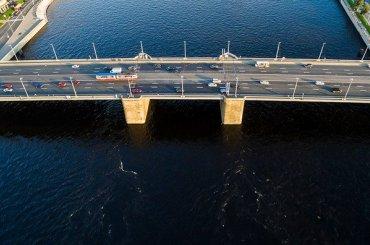 Ограничения движения вступили всилу наВолодарском мосту