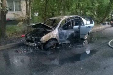 Автомобиль самовозгорелся наулице Подвойского вПетербурге