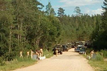 Пакистанские солдаты бегают попсковским лесам