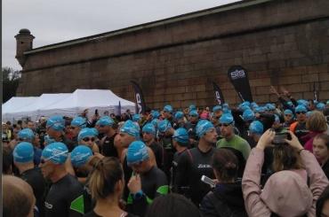 Сотни человек устроили массовый заплыв поНеве