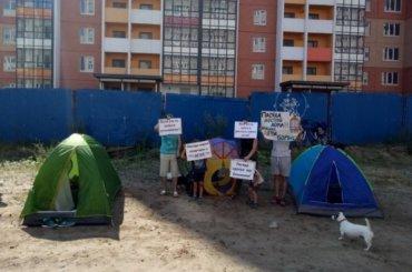 Дольщики разбили палаточный лагерь уЖК «Радужный» вПетербурге