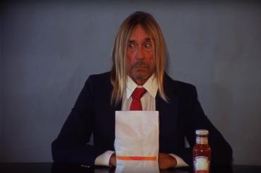 НаYoutube появилось видео, как Игги Поп 4 минуты ест бургер