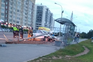 Иномарка снесла столб наШуваловском проспекте
