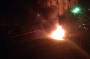 Два автомобиля сгорели ночью вЛомоносове