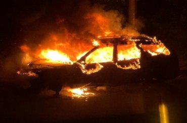Ночью петербургские бездомные подожгли автомобиль
