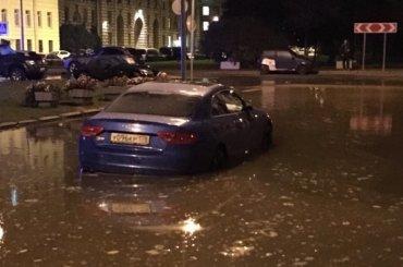 Трубу прорвало наКарташихиной улице вПетербурге
