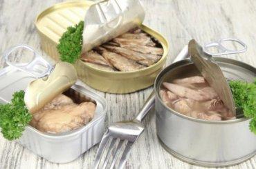 Рыбные консервы счешуей иплавниками продают вмагазинах Петербурга