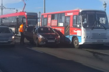Трамваи встали наТроицком мосту вПетербурге
