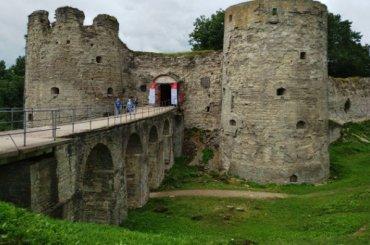 Волонтеры вместе сархеологами находят артефакты вкрепости Копорье