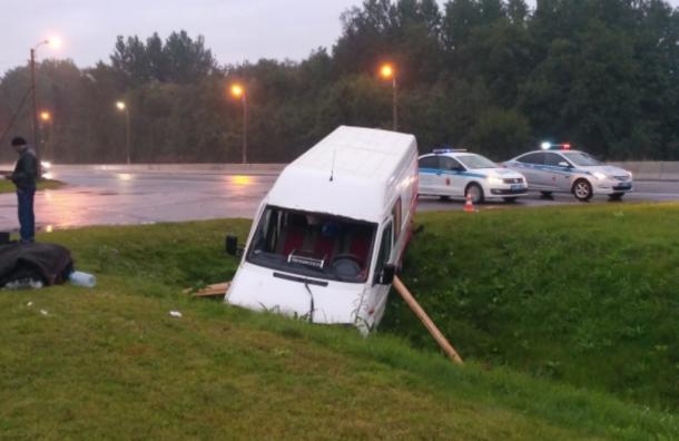Микроавтобус Mercedes улетел вкювет вЛенобласти, семеро госпитализировали