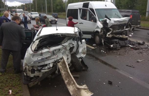 Легковушка имикроавтобус столкнулись наПетергофском шоссе