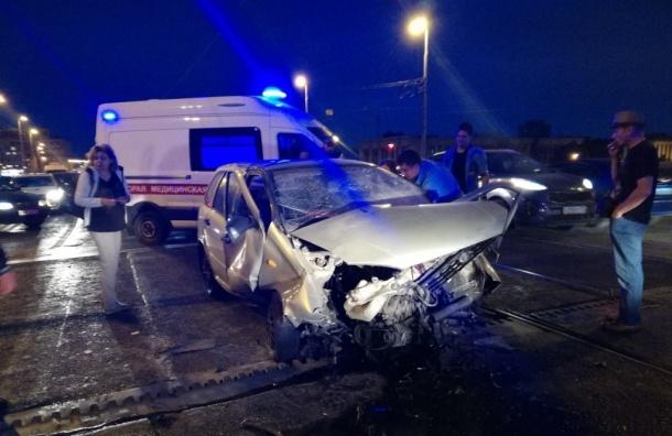 Три машины врезались вовнезапно поднявшийся мост вПетербурге