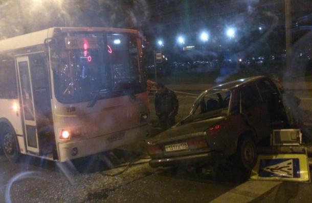 «Жигули» протаранили автобус наЖукова