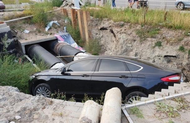 Брошенный Ford Mondeo обнаружили впетербургской канаве