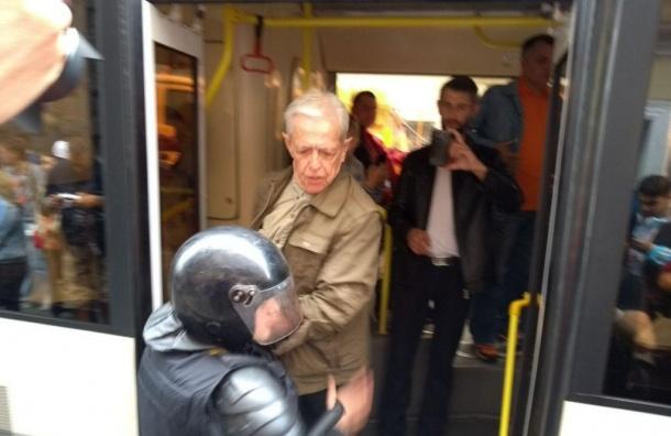 Полиция подралась сактивистами намитинге оппозиции вПетербурге