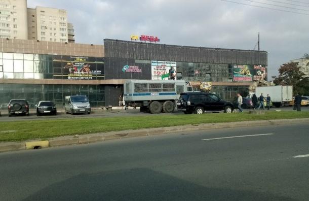 ОМОН оцепилТК «Нева» вКолпине