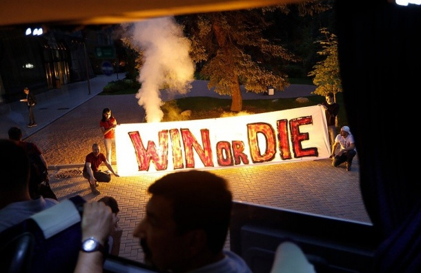 ВПетербурге фанаты «Спартака» встретили свою команду с огнём иплакатами