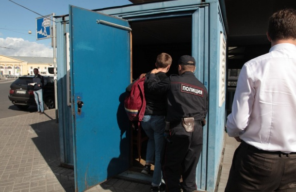 Подросток украл бутылку шампуня итолкнул продавщицу наБалтийском вокзале