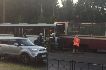 Трамвай савтобусом столкнулись лоб влоб
