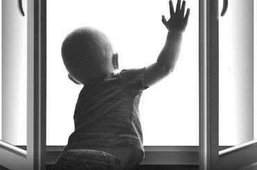 Трехлетний мальчик выпал изокна наПетроградке