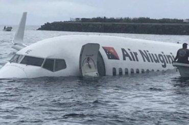 Пассажирский самолет сел наводу вМикронезии