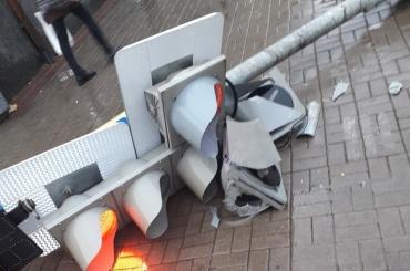 Дорожные знаки невыдерживают штормового ветра вПетербурге