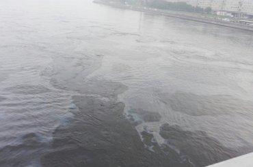 Петербуржцы забеспокоились из-за маслянистых пятен уВолодарского моста